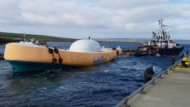 El Penguin Wave Energy Converter (WEC) arrastrado por el remolcador En Avant 30.
