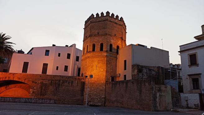 Aparcamiento de la calle Santander con la Torre de la Plata al fondo