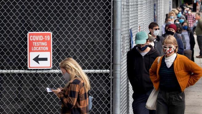 Decenas de personas hacen cola para someterse a un test de COVID-19 en Brooklyn, Nueva York (EE UU).