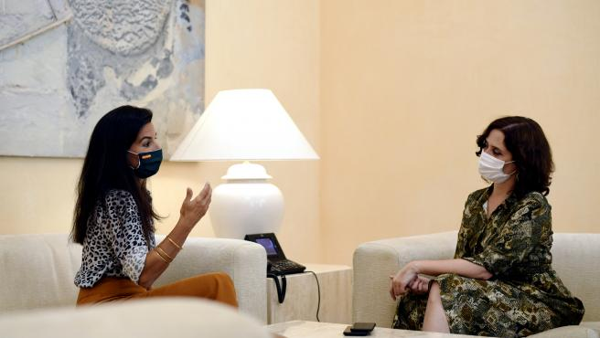 la presidenta de la Comunidad de Madrid, Isabel Díaz Ayuso (d), se reúne con la portavoz de Vox en la Asamblea de Madrid, Rocío Monasterio, para tratar sobre la estrategia de vuelta al colegio en la Comunidad de Madrid, en la Real Casa de Correos, en Madr