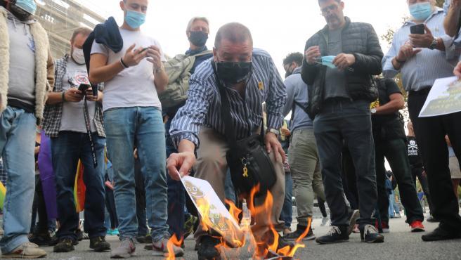 Manifestantes quemando fotos del Rey Felipe VI en la protesta de este viernes 9 de octubre por su presencia en Barcelona.
