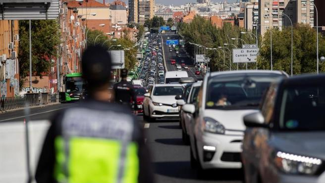 Policía Nacional y Guardia Civil despliegan controles de tráfico para vigilar el cumplimiento de las restricciones a la movilidad impuestas por el estado de alarma que decretará el Gobierno, este viernes en Madrid.