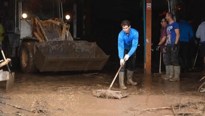 Rafa Nadal ayuda en labores de limpieza en Mallorca