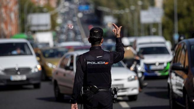 Policía Nacional y Guardia Civil despliegan controles para vigilar el cumplimiento de las restricciones a la movilidad impuestas por el estado de alarma decretado en Madrid.