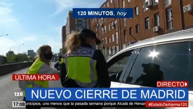 La Policía realiza un control a un conductor en Madrid minutos antes de la entrada en vigor del estado de alarma.