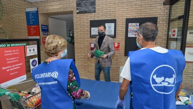 El consejero de Participación anima a colaborar en la recogida de alimentos en los centros cívicos.