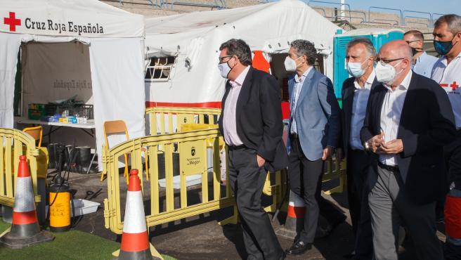 El ministro de Inclusión, Seguridad Social y Migraciones, José Luis Escrivá, ayer viernes en su visita al Muelle de Arguineguín (Gran Canaria)