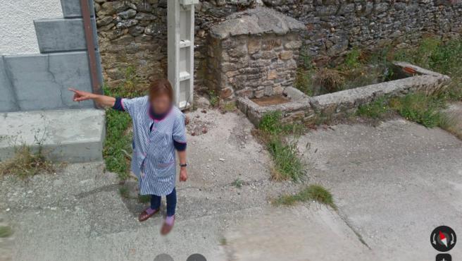 Una señora da indicaciones a trabajadores de Google Maps.