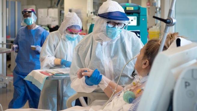 Imagen de archivo de un hospital tratando un paciene de coronavirus.