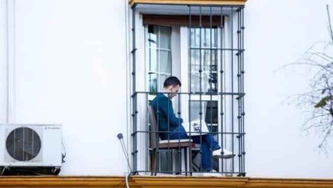 Imagen de una persona confinada en Navarra.