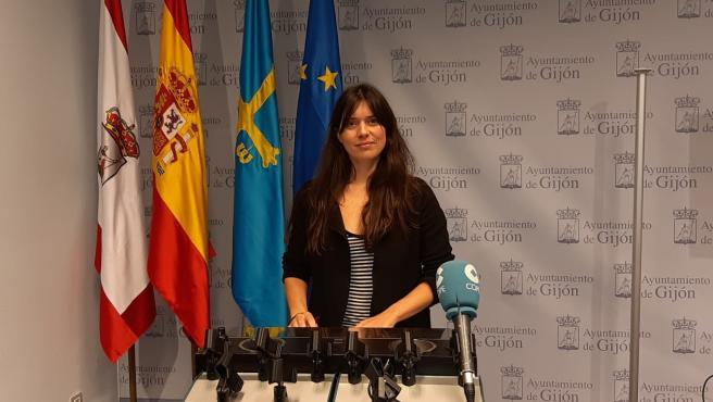 La concejala de Podemos-Equo Xixón Laura Tuero, en rueda de prensa en el Ayuntamiento de Gijón