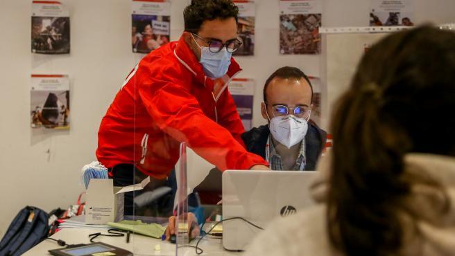 Trabajadores en la sede de Cruz Roja Española en San Sebastián de los Reyes, Madrid (España)