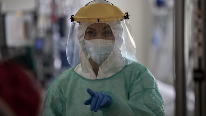 Una sanitaria trabaja en la Unidad de Cuidados Intensivos (UCI) dedicada a enfermos de coronavirus del Hospital Universitario Ramón y Cajal, en Madrid (España)