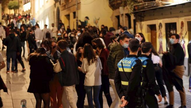 Imagen de las calles de Salamanca donde Policía Nacional y Local vigilan ante los incumplimientos sanitarios en los bares nocturnos de la ciudad.