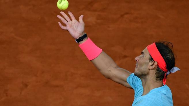 Rafa Nadal sirve en la final de Roland Garros