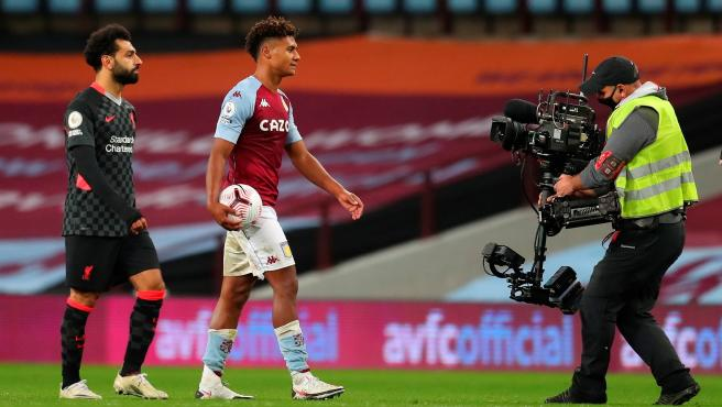 Un cámara de televisión sigue a Salah y Watkins en el Aston Villa-Liverpool