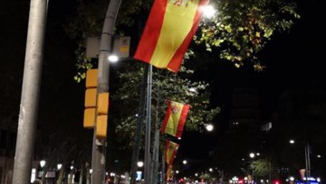 Banderas de España en el centro de Barcelona, colocadas por la Asociación Unión de Brigadas.