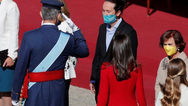 El rey Felipe saluda al vicepresidente segundo del Gobierno, Pablo Iglesias, en el el acto organizado con motivo del Día de la Fiesta Nacional.