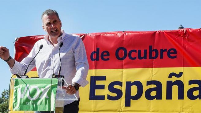 """El secretario general de VOX, Javier Ortega Smith, con una pancarta por el 12 de """"ocubre""""."""