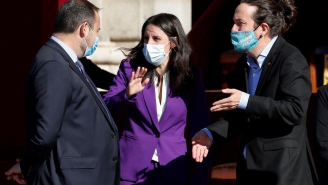 El vicepresidente del Gobierno, Pablo Iglesias (d) conversa con la ministra de Igualdad, Irene Montero (c) y el ministro de Transportes, José Luis Ábalos (i) antes del comienzo del acto organizado con motivo del Día de la Fiesta Nacional, en Madrid este lunes.