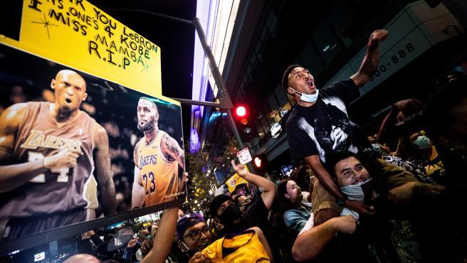 Fans de Los Ángeles Lakers celebran el título de la NBA