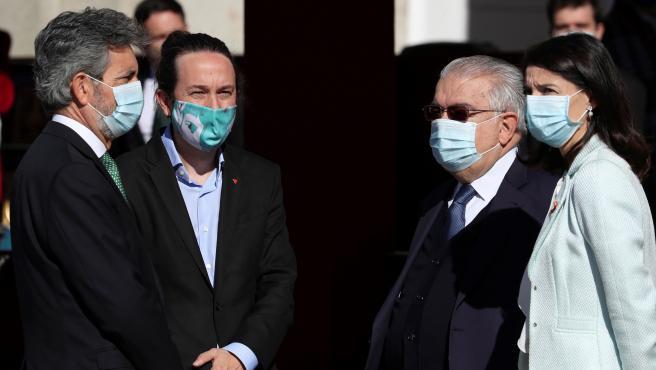 El vicepresidente segundo del Gobierno, Pablo Iglesias (2i), junto al presidente del Consejo General del Poder Judicial, Carlos Lesmes (i), el presidente del Tribunal Constitucional, Juan José González Rivas (2d)