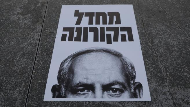Un cartel que dice en hebreo 'negligencia por el coronavirus', durante una protesta contra Netanyahu.
