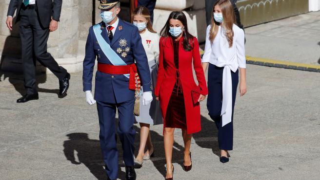El rey Felipe VI (i), la reina Letizia (2d) junto a la princesa de Asturias, Leonor (2i) y la infanta Sofía (d) durante el acto organizado con motivo del Día de la Fiesta Nacional.