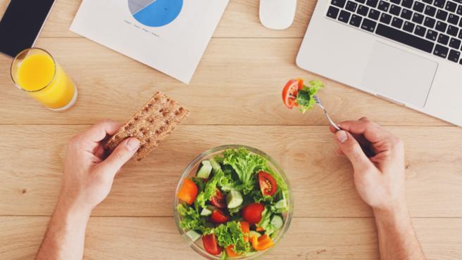 Comer en el trabajo no es excusa para no mantener una dieta completa.