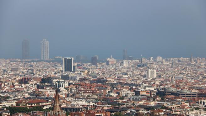 Barcelona con la Torre Mapfre con niebla por polución de fondo después de declararse un episodio de alta contaminación.