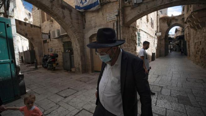 Un hombre con mascarilla por el coronavirus, en el la ciudad vieja de Jerusalén.