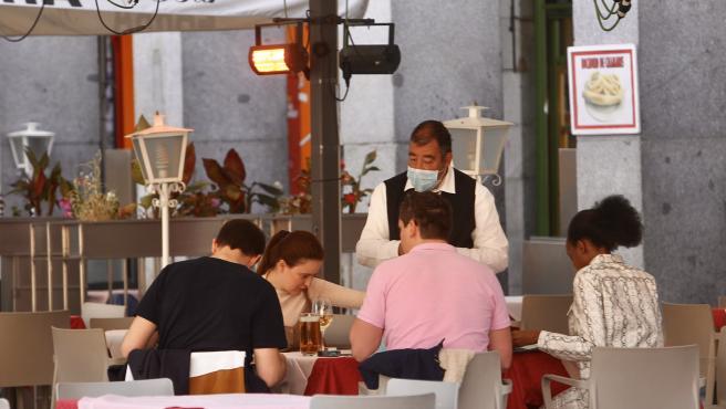 Una terraza encendía hoy sus estufas en Madrid.