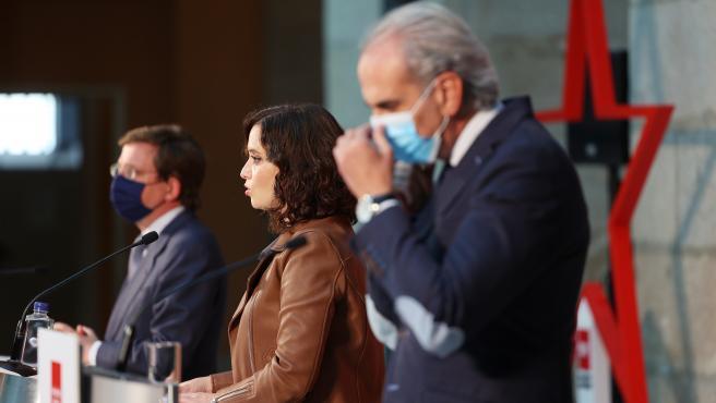 La presidenta de la Comunidad de Madrid, Isabel Díaz Ayuso (c); el alcalde de Madrid, José Luis Martínez-Almeida (i); y el consejero de Sanidad de la Comunidad de Madrid, Enrique Ruiz Escudero (d), a 13 de octubre de 2020.