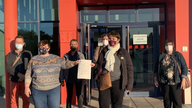 Las diputadas de ERC, Montserrat Fornells y Gemma Espigares, con otros representantes de la formación, después de presentar la denuncia en la comisaría de los Mossos de Lleida.