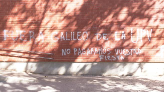 """Aparecen pintadas en el Colegio Mayor Galileo Galilei: """"No pagaremos vuestra fiesta"""""""