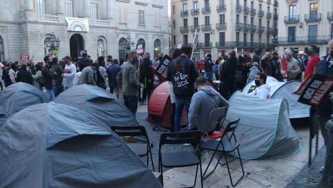 Tiendas de campaña instaladas ante el Palau de la Generalitat durante la concentración de los trabajadores y empresarios del ocio nocturno.