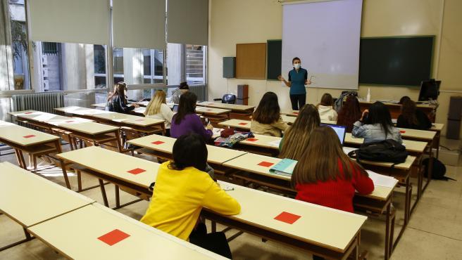 Ambiente en la Facultad de Filosofia y Letras de la Universidad de Granada tras conocerse las restricciones sanitarias que la Junta de Andalucia ha impuesto en la ciudad anulando las clases presenciales de los universitarios.