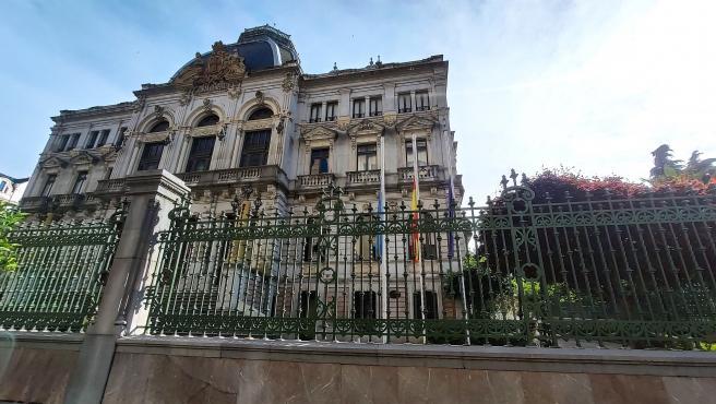 Banderas a media asta en Oviedo, en la Plaza de la Escandalera y la Junta General del Principado de Asturias durante el luto decretado por las víctimas del coronavirus en España.