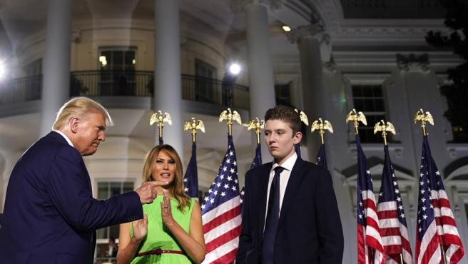 El presidente de EE UU, Donald Trump, con la primera dama, Melania Trump, y el hijo de ambos, Barron Trump, en la Casa Blanca, el 27 de agosto de 2020.