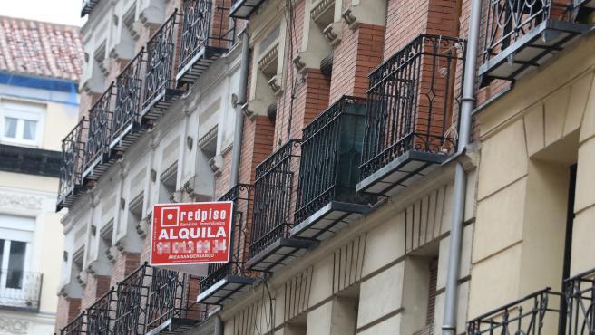 Una inmobiliaria anuncia un piso en alquiler.