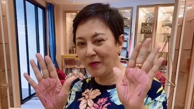 Una mujer, con las palmas de las manos tatuadas.