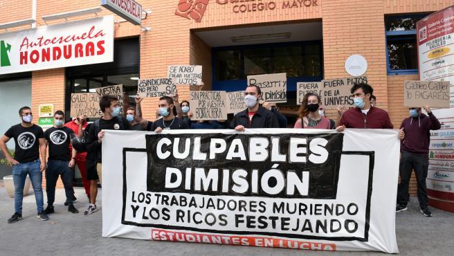 Varios estudiantes sostienen una pancarta en la que se lee 'Culpables dimisión' durante una concentración convocada por el sindicato 'Estudiantes en Lucha' en la residencia Galileo Galilei, en Valencia,
