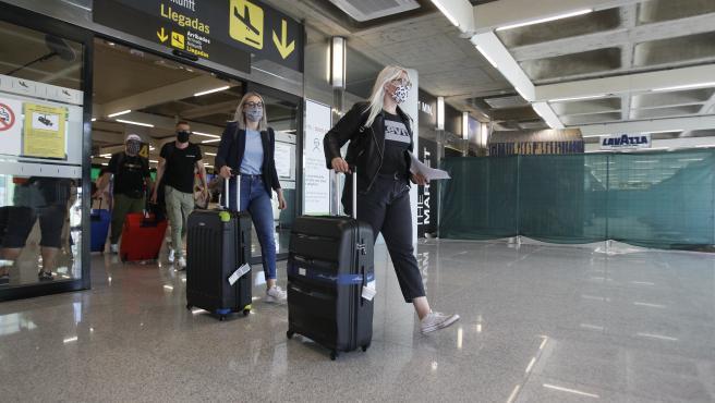 Viajeros procedentes llegan al Aeropuerto de Palma.