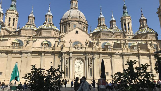 Basílica del Pilar con una ciclista delante