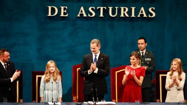 El presidente del Principado, Adrián Barbón, el Rey Felipe VI, la Reina Letizia y la Infanta Sofía ovacionan a la Princesa Leonor tras su discurso en la ceremonia de entrega de los Premios Princesa de Asturias 2019.