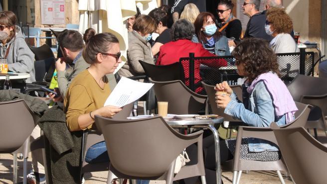 Los bares y restaurantes tendrán que cerrar durante dos semanas en Cataluña y solo podrán servir comida para llevar.