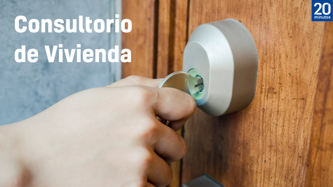 Una persona introduce una llave en una puerta.