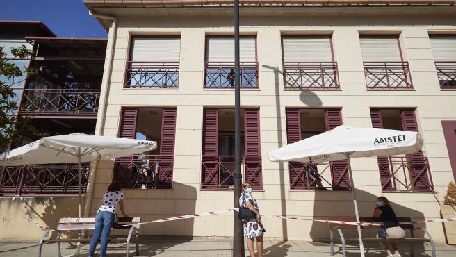 dia antes del confinamiento de la localidad navarra de Peralta. 23 09 2020. visitas a los residentes del asilo de Peralta , con la distancia de seguridad