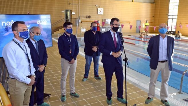 El alcalde de Murcia, José Ballesta, junto al concejal de Deportes y Salud, Felipe Coello, y Javier Bosch, CEO de Nagi Smartpool, presentó esta mañana el nuevo sistema de 'Piscinas Inteligentes'