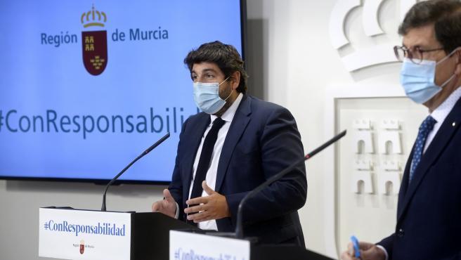 El presidente de la Región de Murcia, Fernando López Miras, junto al consejero de Salud, Manuel Villegas, en la rueda de prensa posterior a la Conferencia de Presidentes